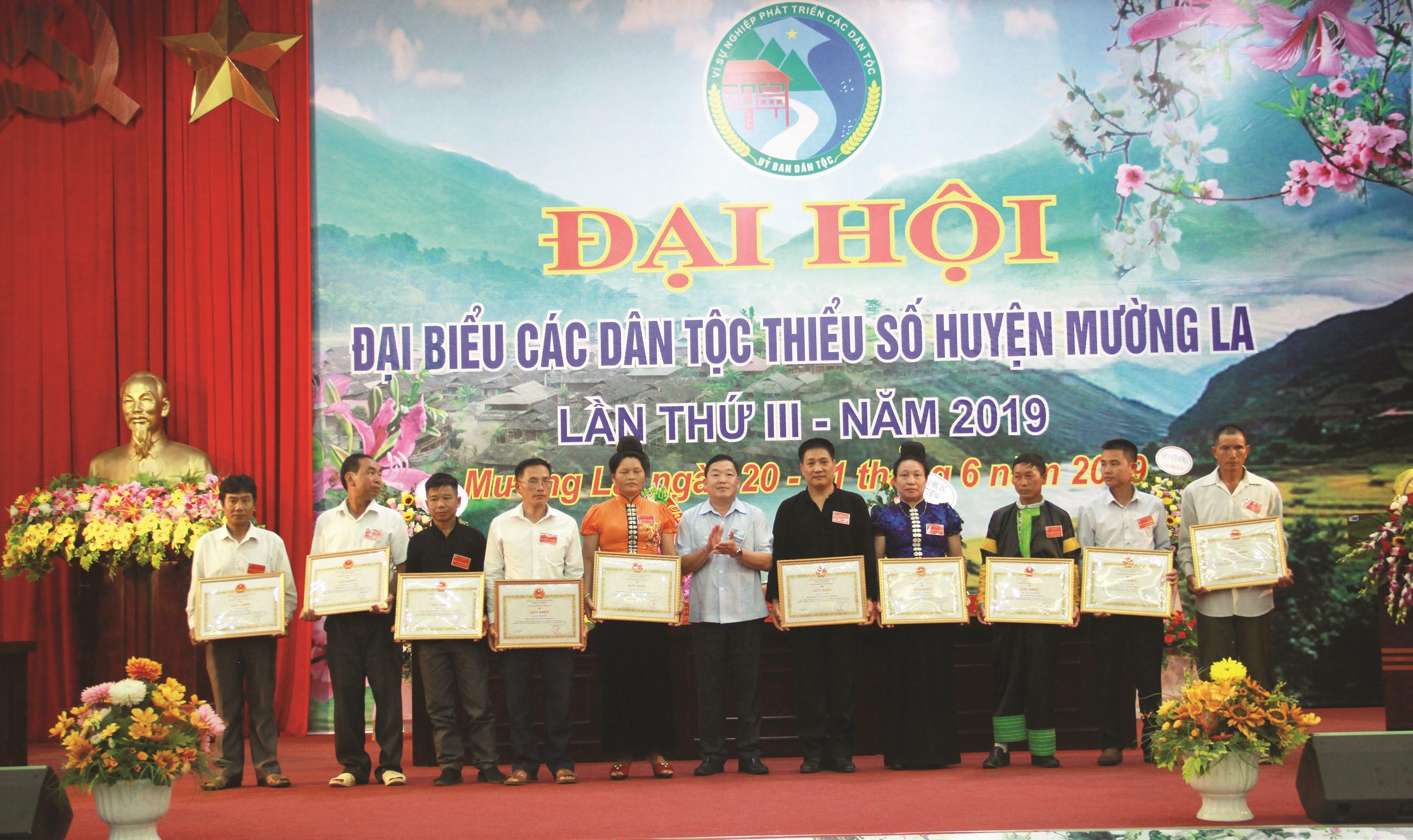 Anh Cứ A Vạng (thứ 3 bên trái) nhận Giấy khen của Ban Dân tộc tỉnh Sơn La tại Đại hội DTTS huyện Mường La năm 2019