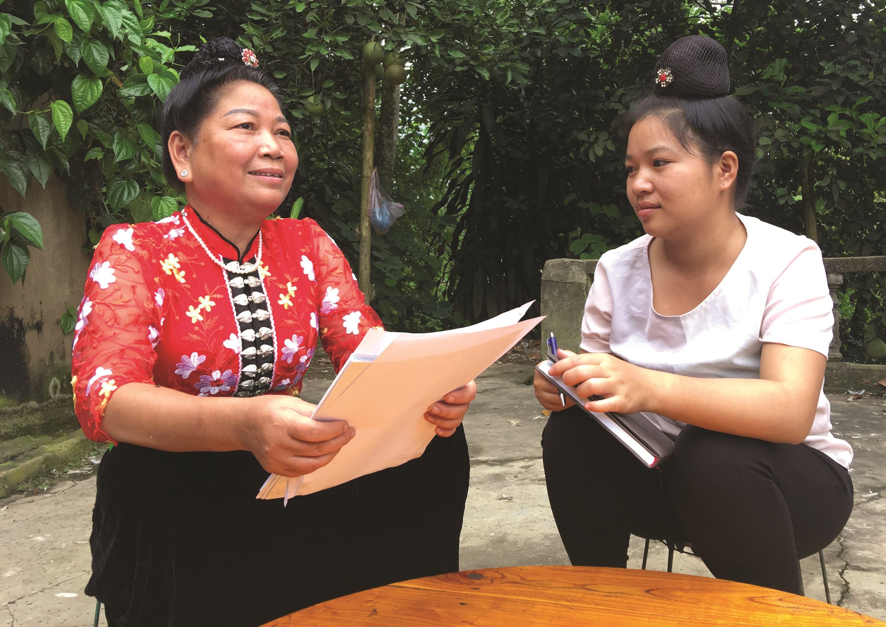 Nghệ nhân Lò Thị Phúc (áo đỏ) - người miệt mài sưu tầm dân ca dân tộc Thái