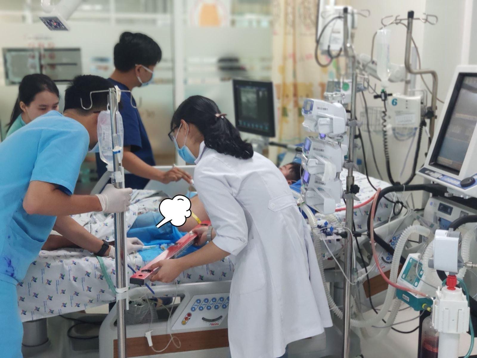 Bé B.M.M được chuyển đến Bệnh viện Nhi đồng Thành phố với chẩn đoán sốc sốt xuất huyết Dengue nặng ngày thứ 4; tổn thương gan, suy hô hấp, rối loạn đông máu, xuất huyết tiêu hóa. Ảnh: BV
