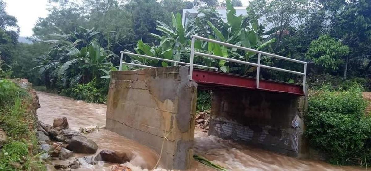 Một cây cầu ở xã Tân Phượng bị hư hỏng do mưa lũ.