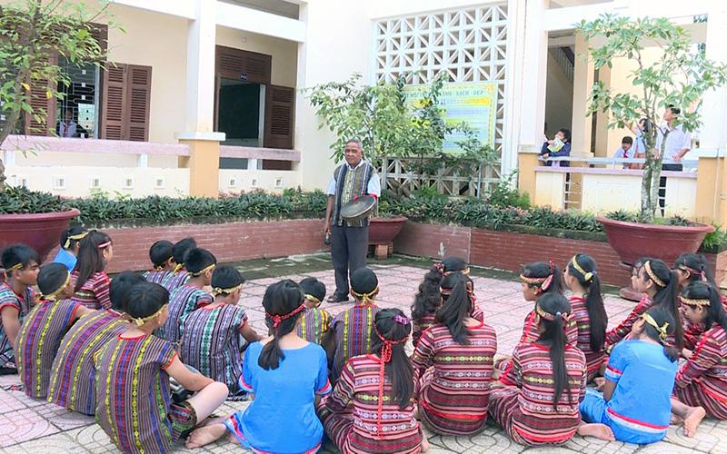 Truyền dạy cách đánh mã la cho thế hệ trẻ ở huyện Khánh Vĩnh.