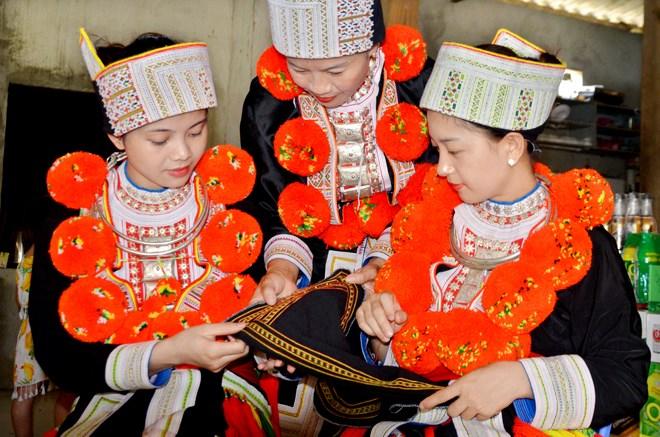Phụ nữ thôn Bản Lục trao đổi cách thêu trang phục truyền thống