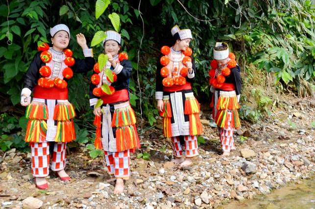 Nét đẹp của phụ nữ Dao đỏ trong trang phục truyền thống