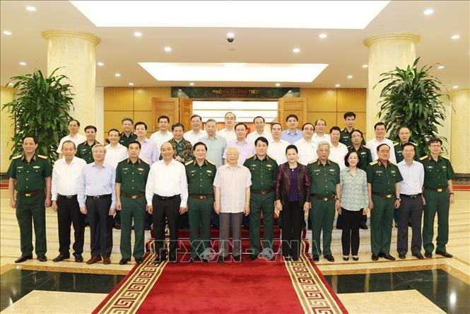 Tổng Bí thư, Chủ tịch nước Nguyễn Phú Trọng, Bí thư Quân ủy Trung ương và các đồng chí Bộ Chính trị chụp ảnh chung với Ban Thường vụ Quân ủy Trung ương. Ảnh: Trí Dũng/TTXVN