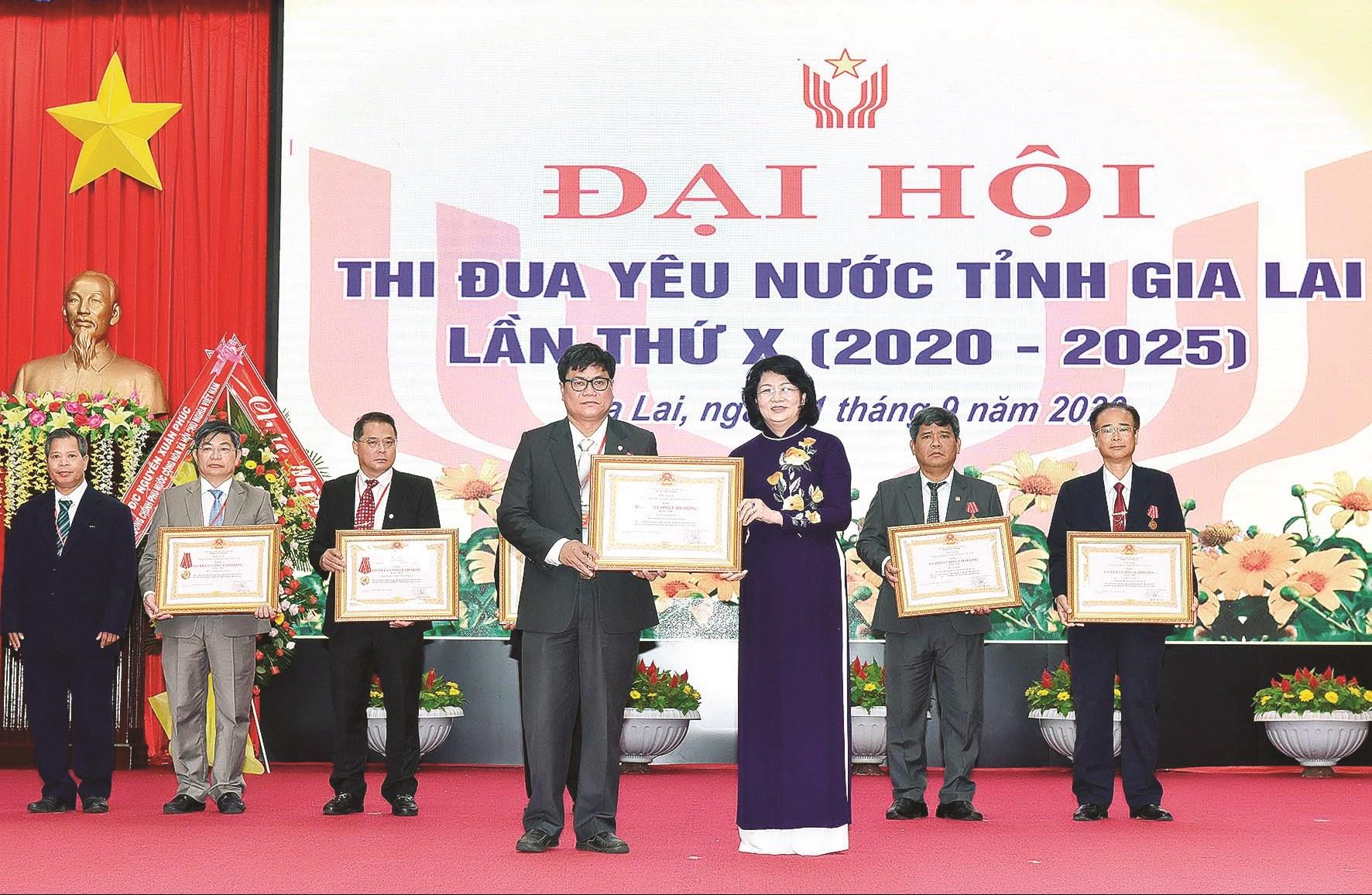 Phó Chủ tịch nước Đặng Thị Ngọc Thịnh trao Huân chương Lao động hạng Ba cho các cá nhân có thành tích xuất sắc trong phong trào thi đua yêu nước giai đoạn 2015 - 2020