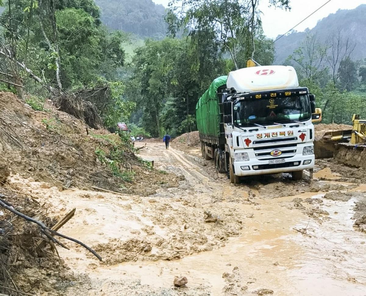 Lượng bùn đất lớn tràn xuống lòng đường khiến tuyến Quốc lộ 279 từ thành phố Điện Biên Phủ đi Cửa khẩu Quốc tế Tây Trang tạm thời tê liệt.