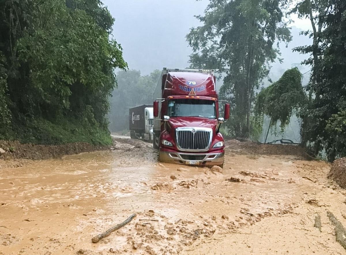 Vào mùa mưa hàng năm, trên tuyến đèo này thường xuyên xảy ra sạt lở, gây ách tắc giao thông tại nhiều điểm.