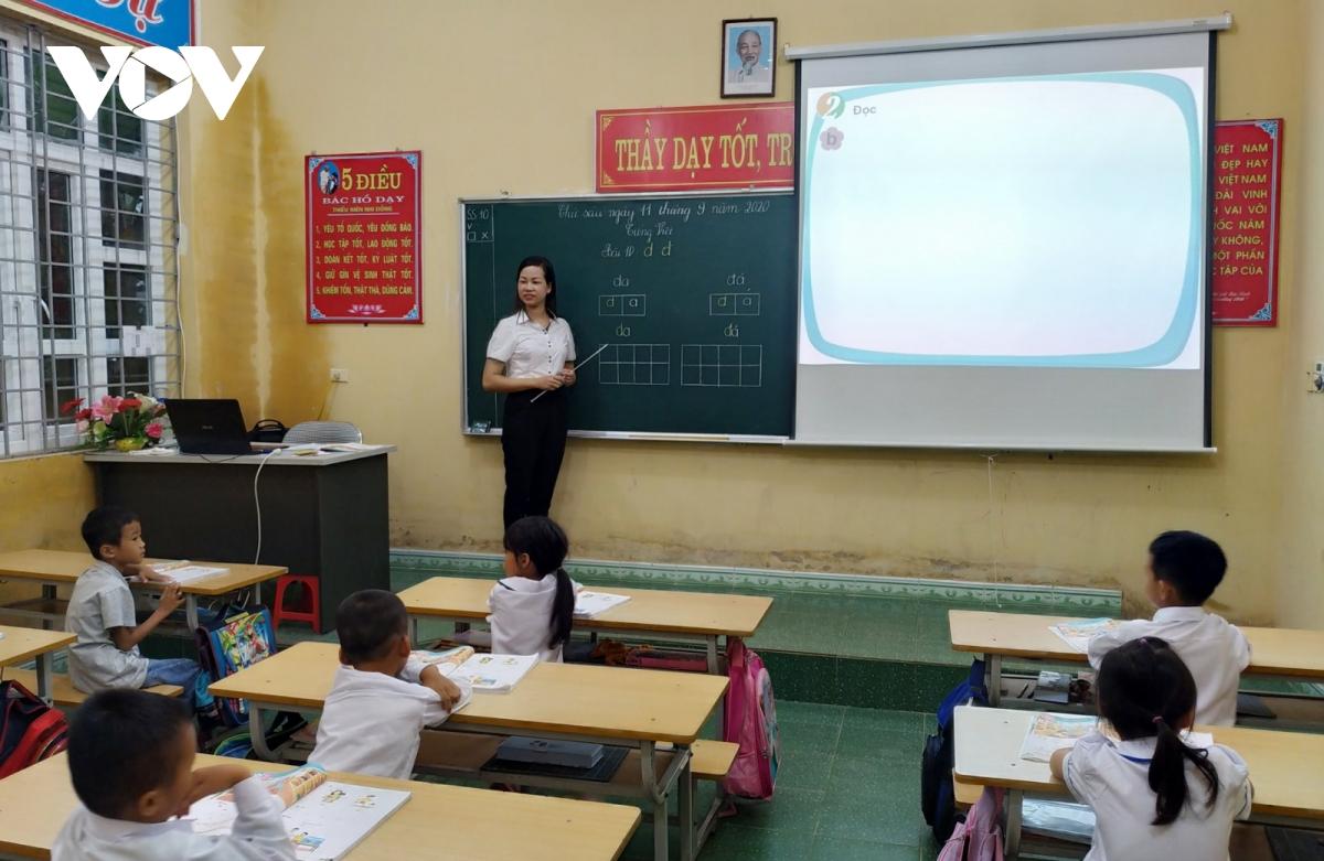 Tất cả các điểm trường của thành phố Hạ Long đều được trang bị máy móc và bố trí đủ cơ sở vật chất, đảm bảo 100% học sinh lớp 1 được học hai buổi trong ngày theo quy định.