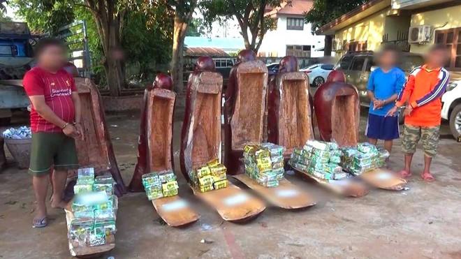 Ma túy được cất dấu trong các pho tượng gỗ