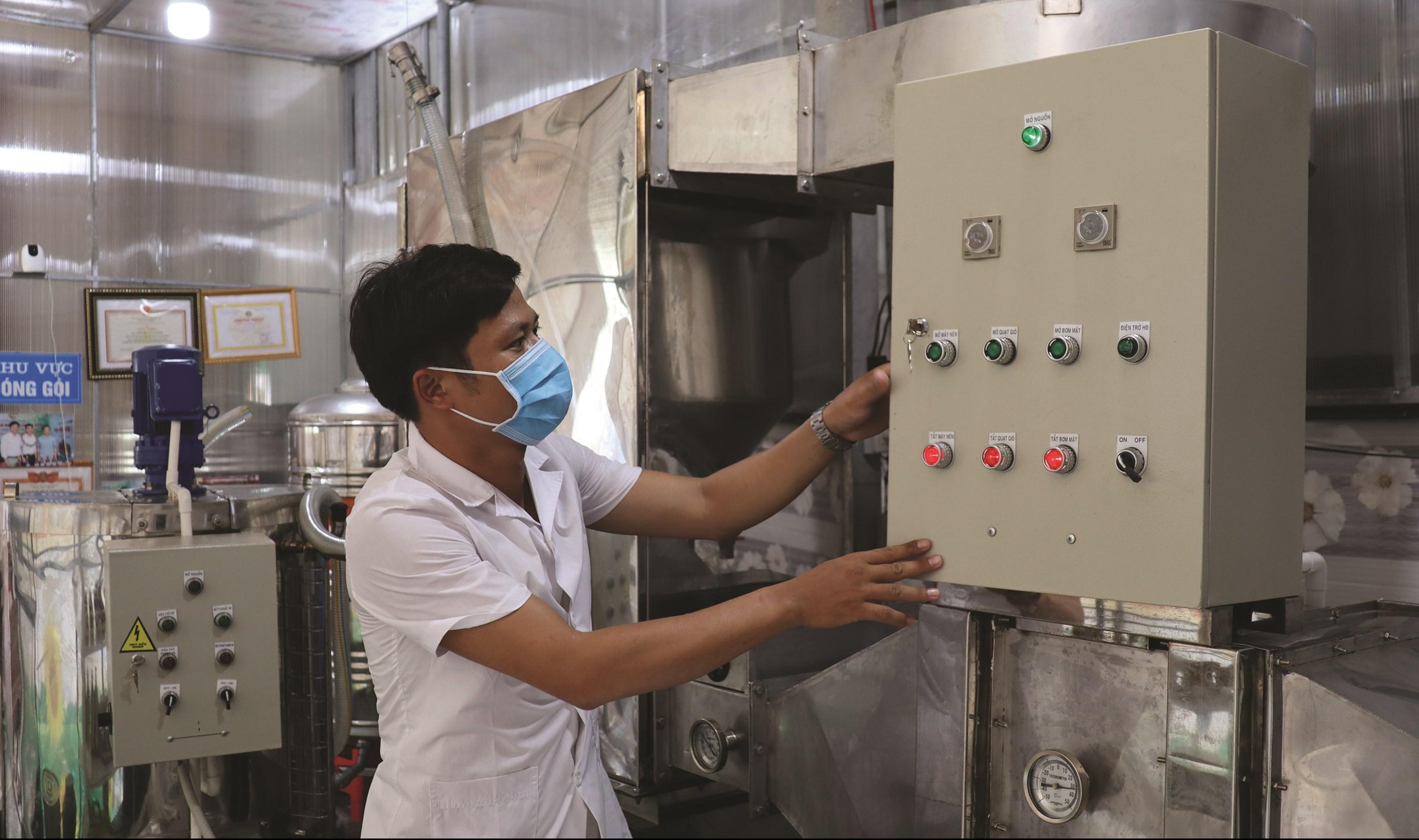 Anh Nguyễn Văn Cường đang vận hành hệ thống máy móc, thiết bị chế biến mật ong.
