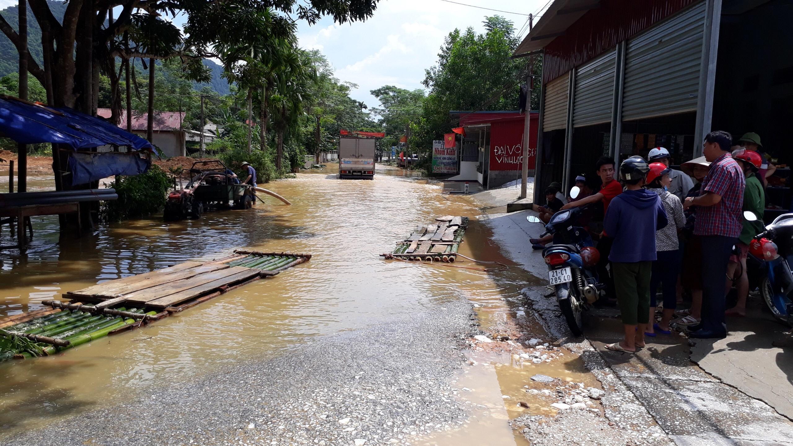 Nhiều tuyến đường giao thông bị ngập sâu do mưa lớn kéo dài