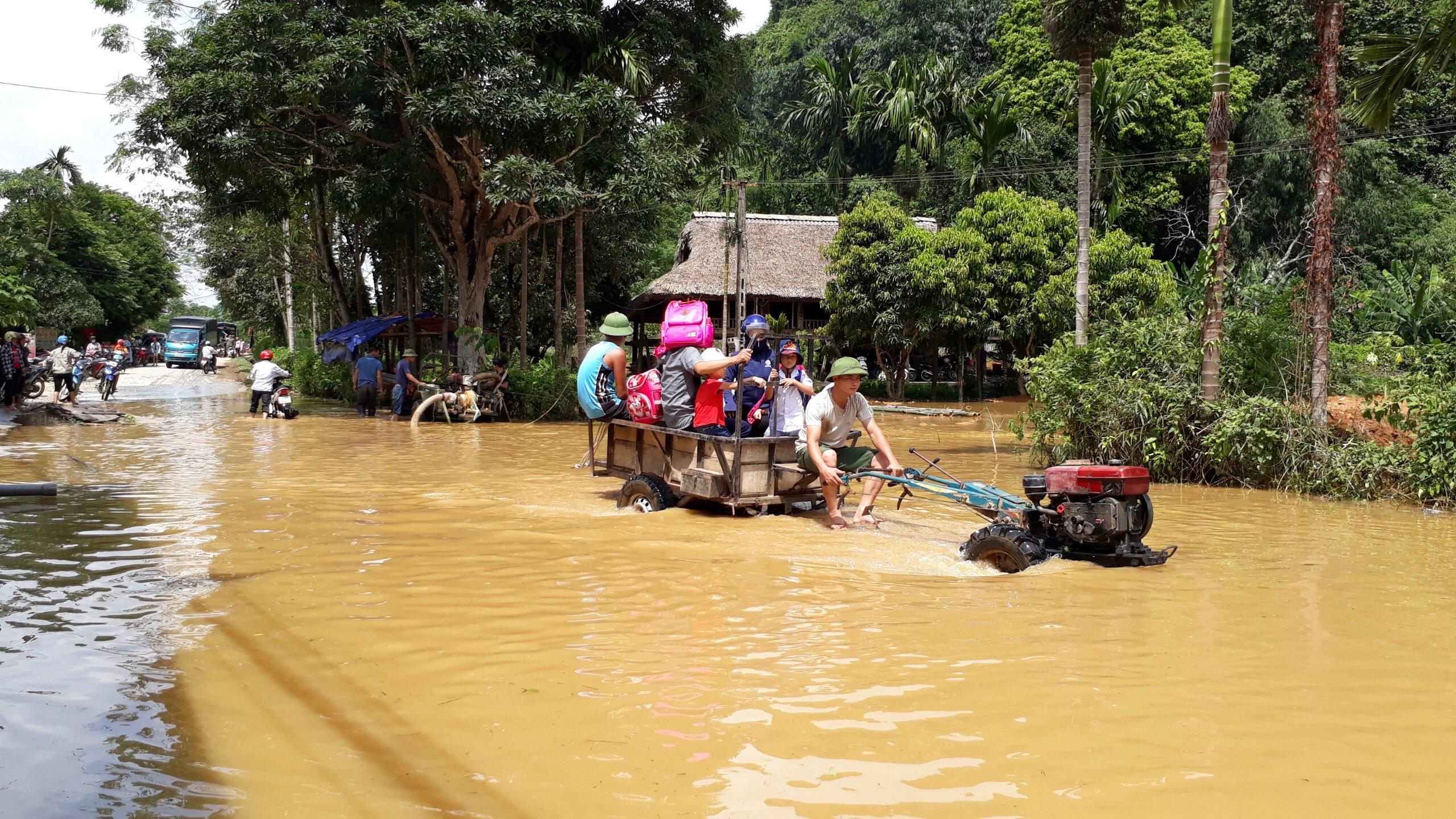 Người dân sử dụng mọi phương tiện có thể để di chuyển trong biển nước