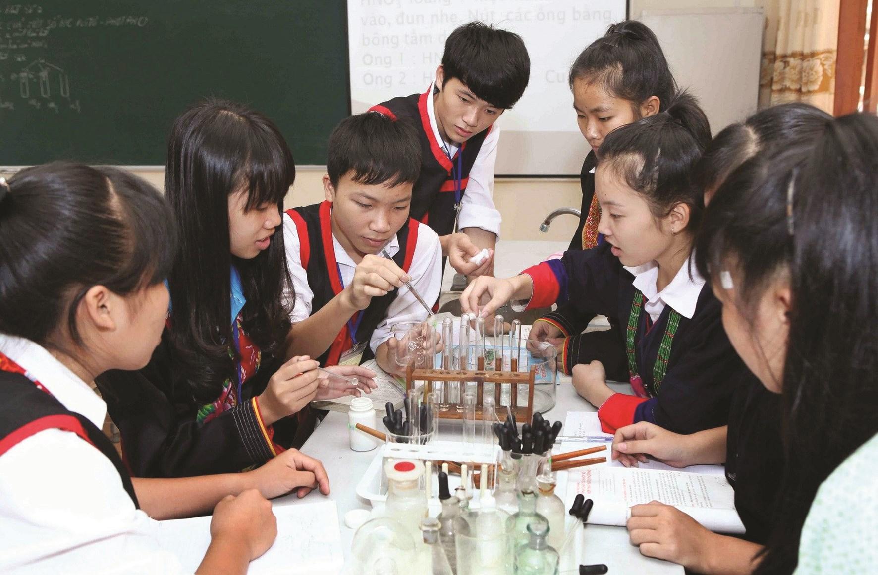 Học sinh Trường Tiểu học xã Hải Yến, huyện Cao Lộc, tỉnh Lạng Sơn (trường đạt chuẩn quốc gia) trong giờ thực hành