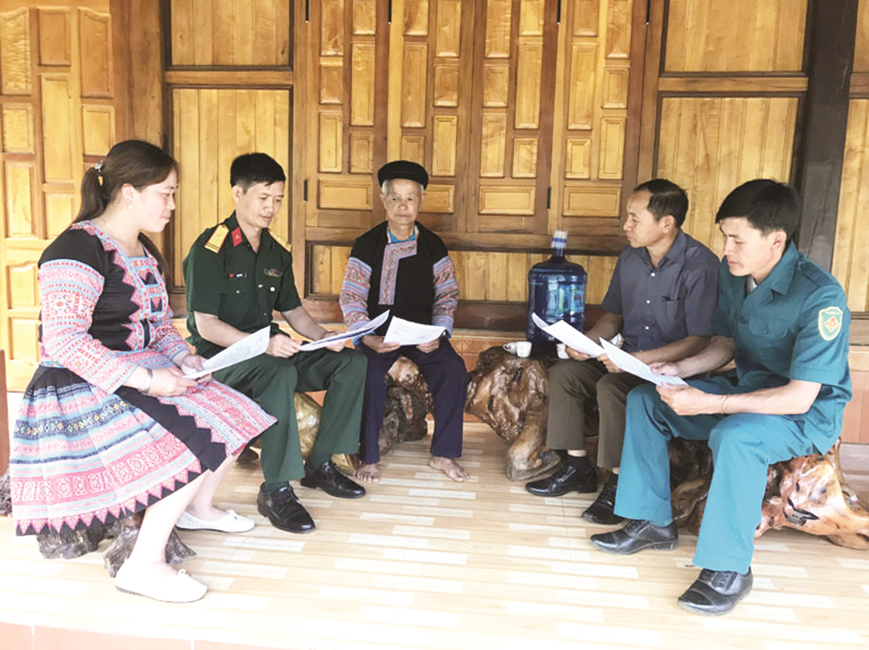 Thiếu tá Hàng A Phứ (thứ 2 bên trái) và Trung tá Sùng A Chua (thứ 2 bên phải) tuyên truyền vận động người dân xây dựng đời sống văn hóa tại cơ sở.