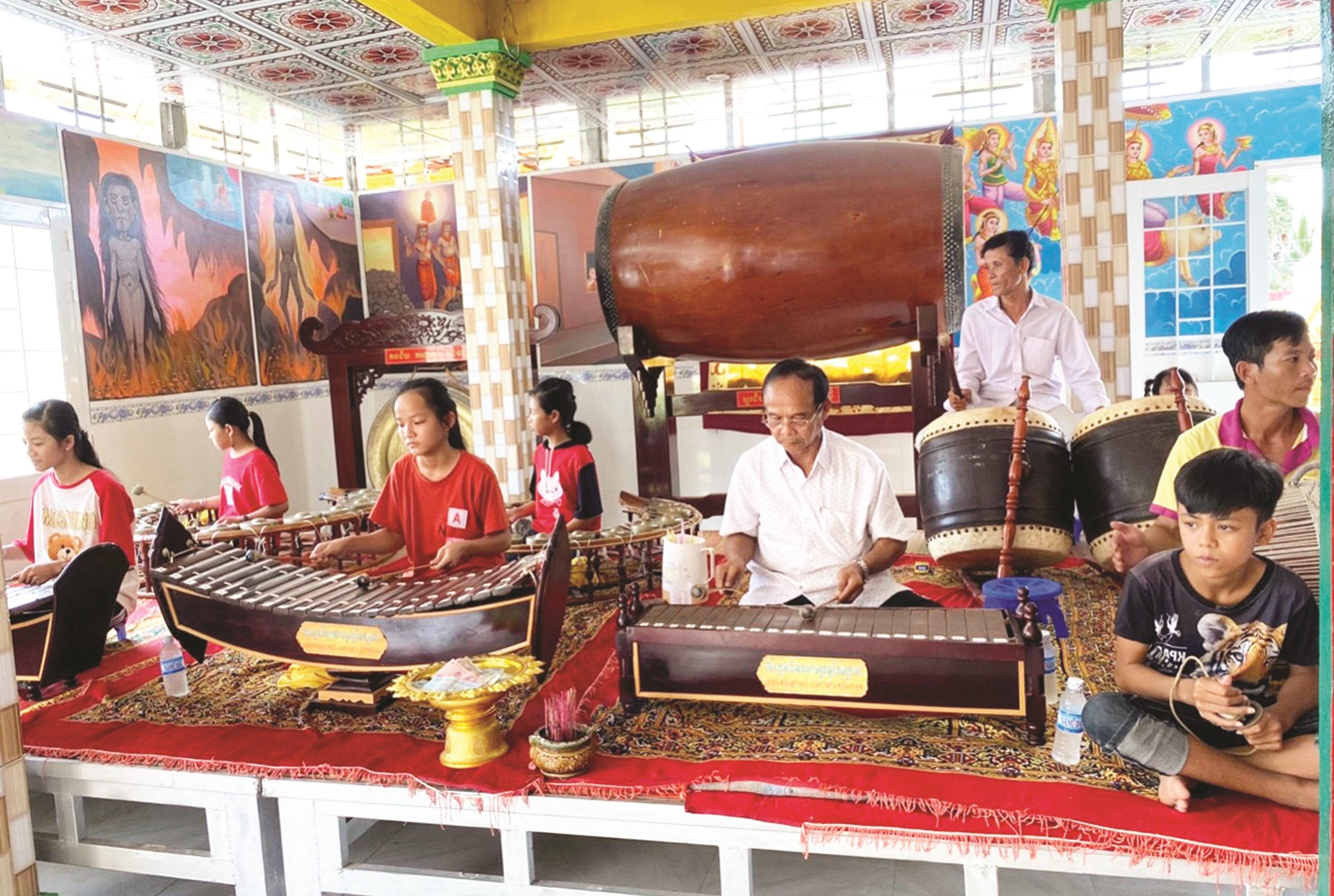 Đội nhạc ngũ âm chùa Xẻo Cạn, huyện U Minh Thượng (Kiên Giang) đang tập luyện để biểu diễn nhân Lễ Sen Đolta.