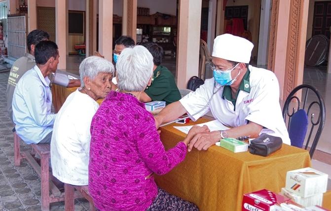 Quân y Đồn Biên phòng Vĩnh Hải khám bệnh, cấp thuốc cho người già neo đơn. Ảnh: Văn Long