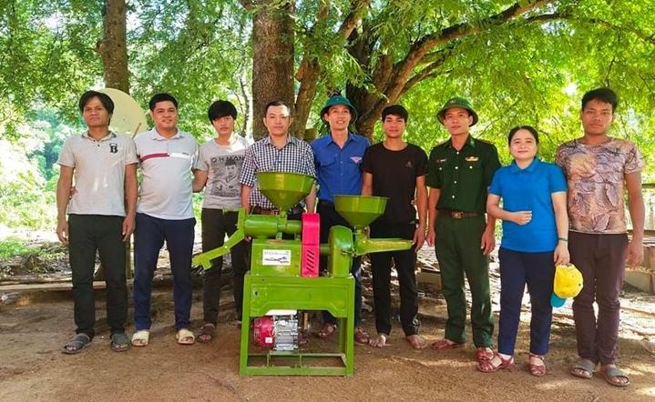 Đoàn công tác trao tặng máy xát gạo cho bà con bản Dốc Mây. Ảnh: Thành Phú