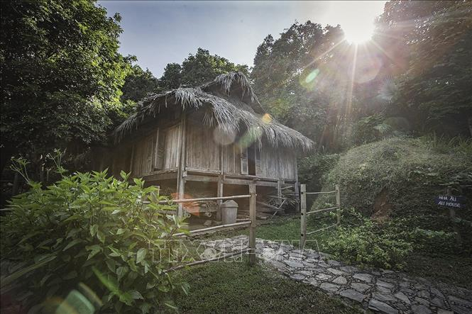 Nhà Ậu là nhà sàn đại diện cho tầng lớp thứ 2, là những người giúp việc cho nhà Lang trong xã hội Mường xưa.