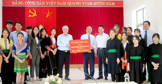 Bộ trưởng, Chủ nhiệm Ủy ban Dân tộc Đỗ Văn Chiến tặng Trường Phổ thông Dân tộc nội trú THPT tỉnh Yên Bái 50 triệu đồng.