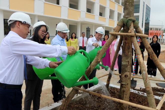 Các đồng chí lãnh đạo Ủy ban Dân tộc và lãnh đạo tỉnh Yên Bái trồng cây lưu niệm tại Trường Phổ thông Dân tộc nội trú THPT tỉnh.