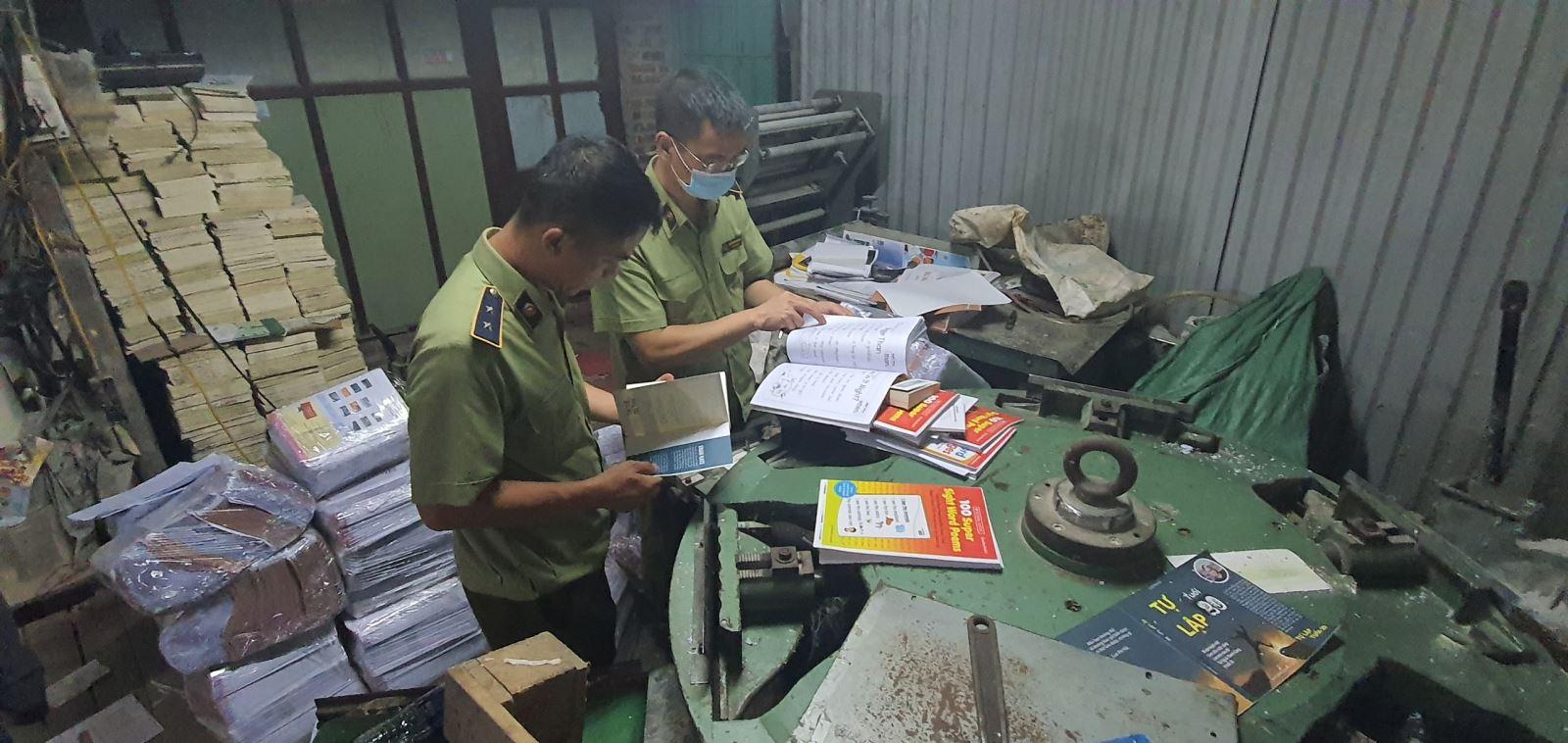 Lực lượng QLTT kiểm tra số sách in lậu. Ảnh: QL.