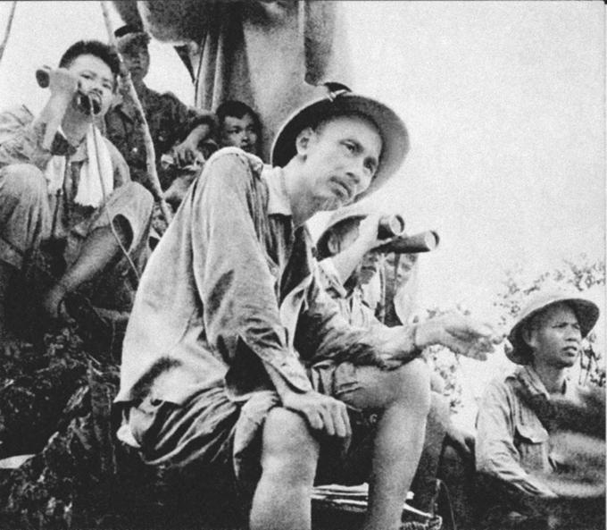 Chủ tịch Hồ Chí Minh trên đài quan sát trận đánh mở màn của bộ đội ở Đông Khê trong Chiến dịch Biên giới (1950) (Ảnh: hochiminh.vn)