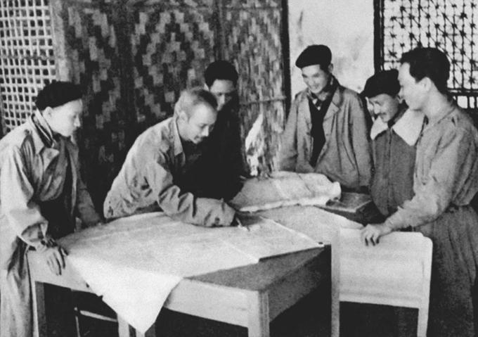 Chủ tịch Hồ Chí Minh họp với Thường vụ Trung ương Đảng quyết định mở Chiến dịch Biên giới 1950 (Ảnh: hochiminh.vn)