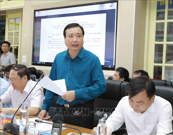 Tổng Cục trưởng Tổng Cục phòng chống thiên tai Trần Quang Hoài báo cáo về tình hình của cơn bão số 5. Ảnh: Vũ Sinh/TTXVN