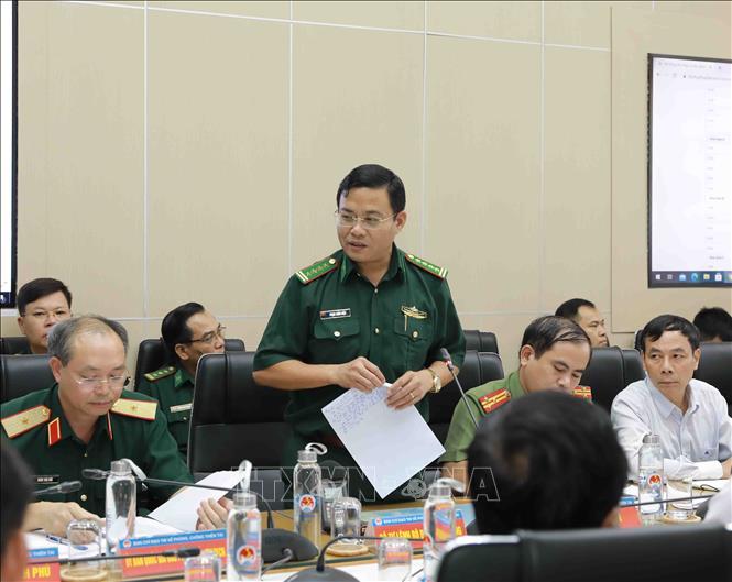 Đại diện Bộ đội Biên phòng báo cáo về tình hình tàu thuyền đang hoạt động trên biển Đông. Ảnh: Vũ Sinh/TTXVN