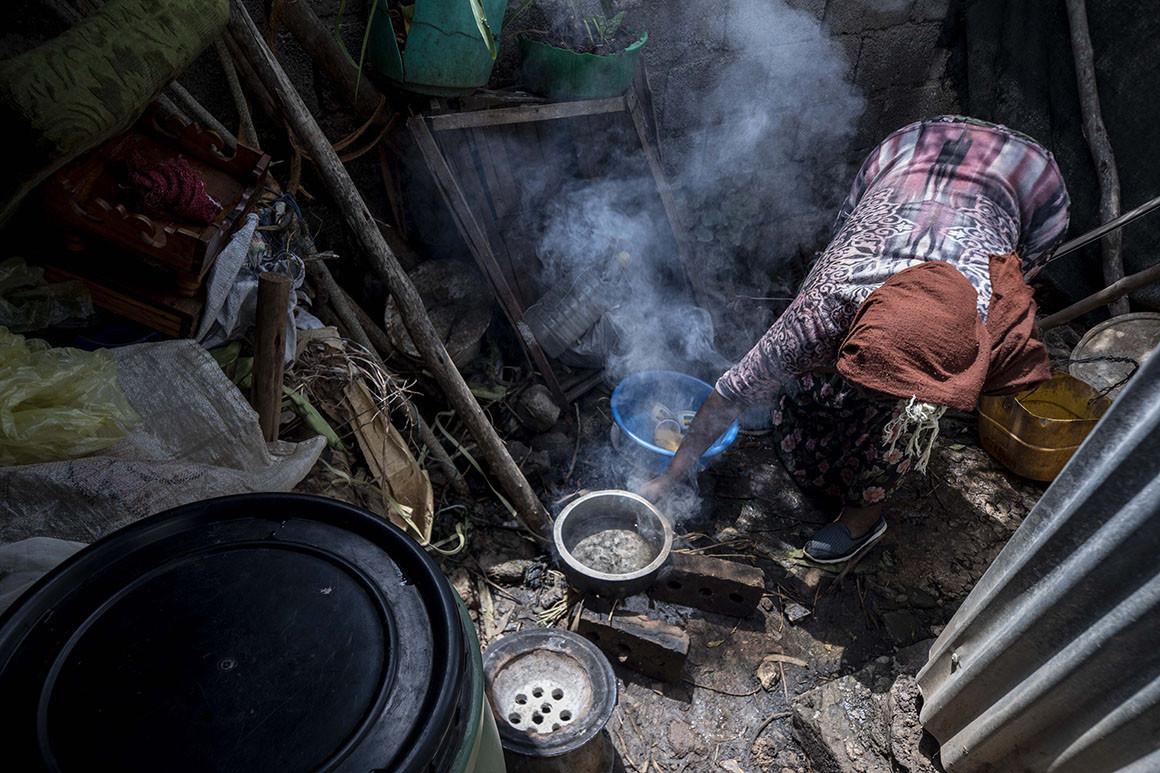 Một người làm nghề giúp việc gia đình ở Ethiopia mất việc do đại dịch COVID-19. Ảnh: AP
