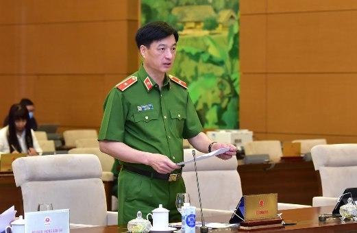 Thứ trưởng Bộ Công an Nguyễn Duy Ngọc trình bày Tờ trình của Chính phủ về Dự án Luật Bảo đảm trật tự, an toàn giao thông đường bộ. Ảnh: QK