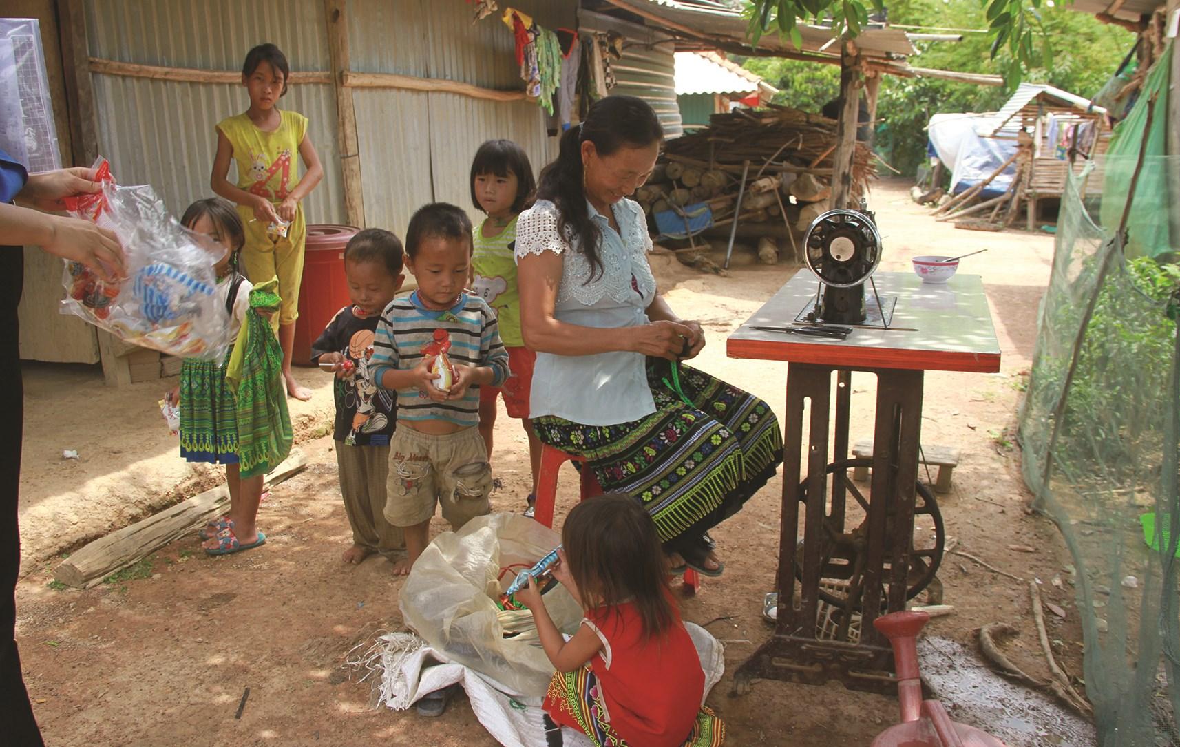 Một gia đình ở làng Mông, thôn 12, xã Vụ Bổn, huyện Krông Păk