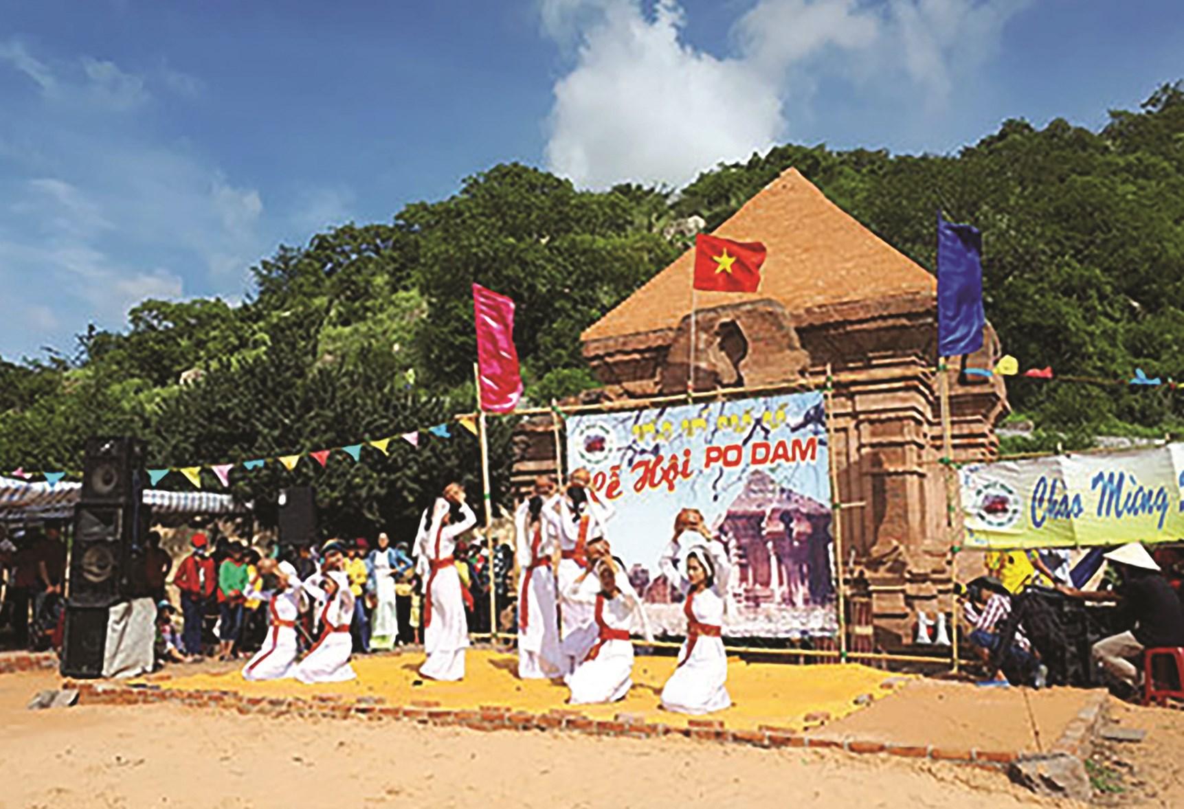 Điệu múa đội nước của thiếu nữ Chăm trong ngày lễ Cầu an trên tháp