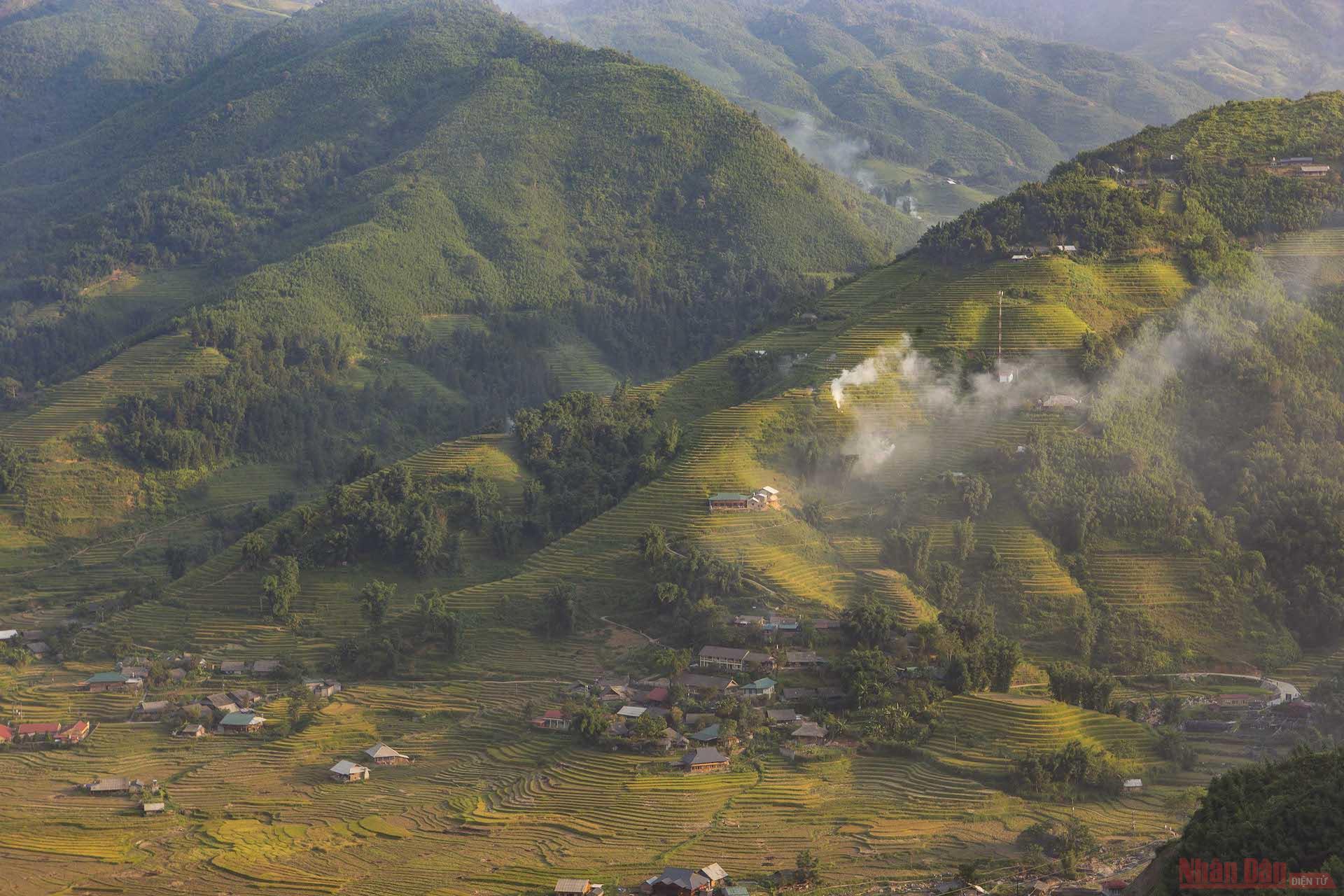 Xuôi theo tỉnh lộ 152 từ thị xã Sa Pa về phía dòng suối Mường Hoa, du khách có thể ngắm khung cảnh thơ mộng của lúa chín trong nắng vàng dọc những sườn núi bản Ý Linh Hồ, Lao Chải, Tả Van…