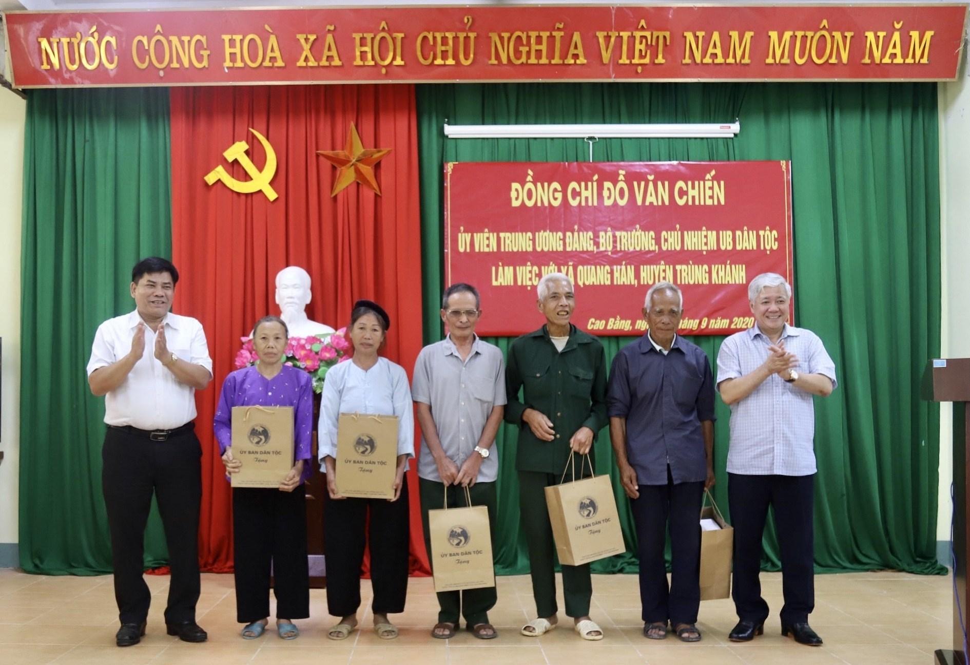 Bộ trưởng, Chủ nhiệm Đỗ Văn Chiến và Thứ trưởng, Phó Chủ nhiệm Y Thông tặng quà cho đại diện các hộ gia đình chính sách tiêu biểu