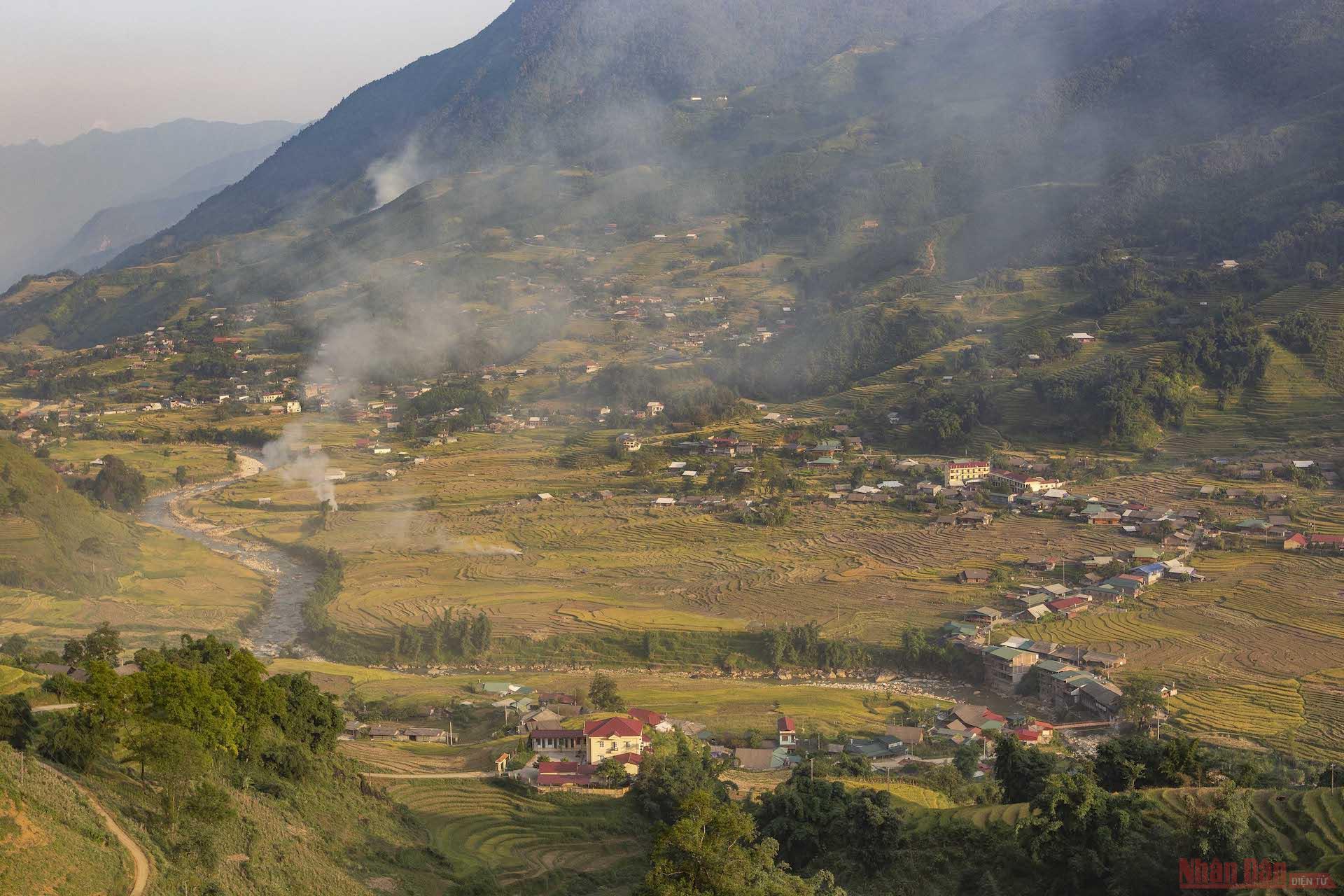 Thung lũng bản Lao Chải trong làn khói nhìn từ trên đường tỉnh lộ 152.