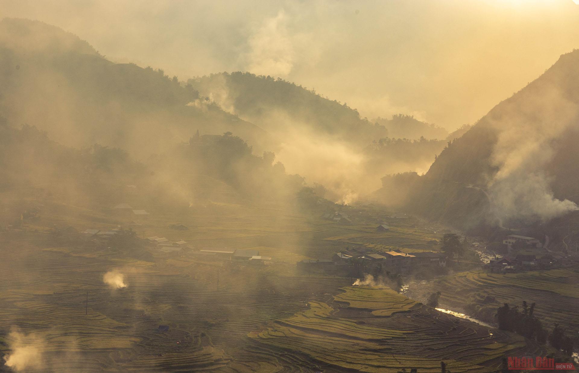 Ngoài không khí ngày mùa hối hả, du khách không nên bỏ qua khoảnh khắc tuyệt đẹp hoàng hôn cuối ngày ở nơi đây. Ráng chiều đổ bóng xuống thung lũng đang mờ sương khói của rơm rạ tạo khiến bạn ngỡ mình như ở chốn thiên đường.