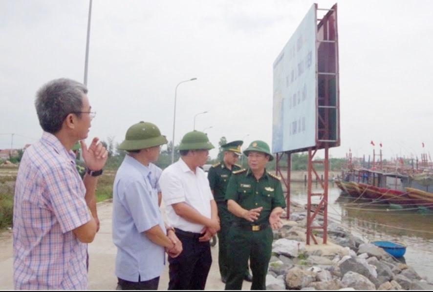 Đoàn công tác UBND tỉnh Quảng Bình kiểm tra công tác ứng phó với bão số 5 tại xã Quảng Phú huyện Quảng Trạch