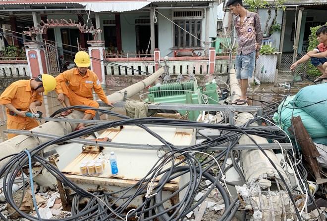 Ngành Điện lực tiến hành khắc phục, sửa chữa các trạm biến áp hư hỏng sau bão tại Thừa Tiên Huế