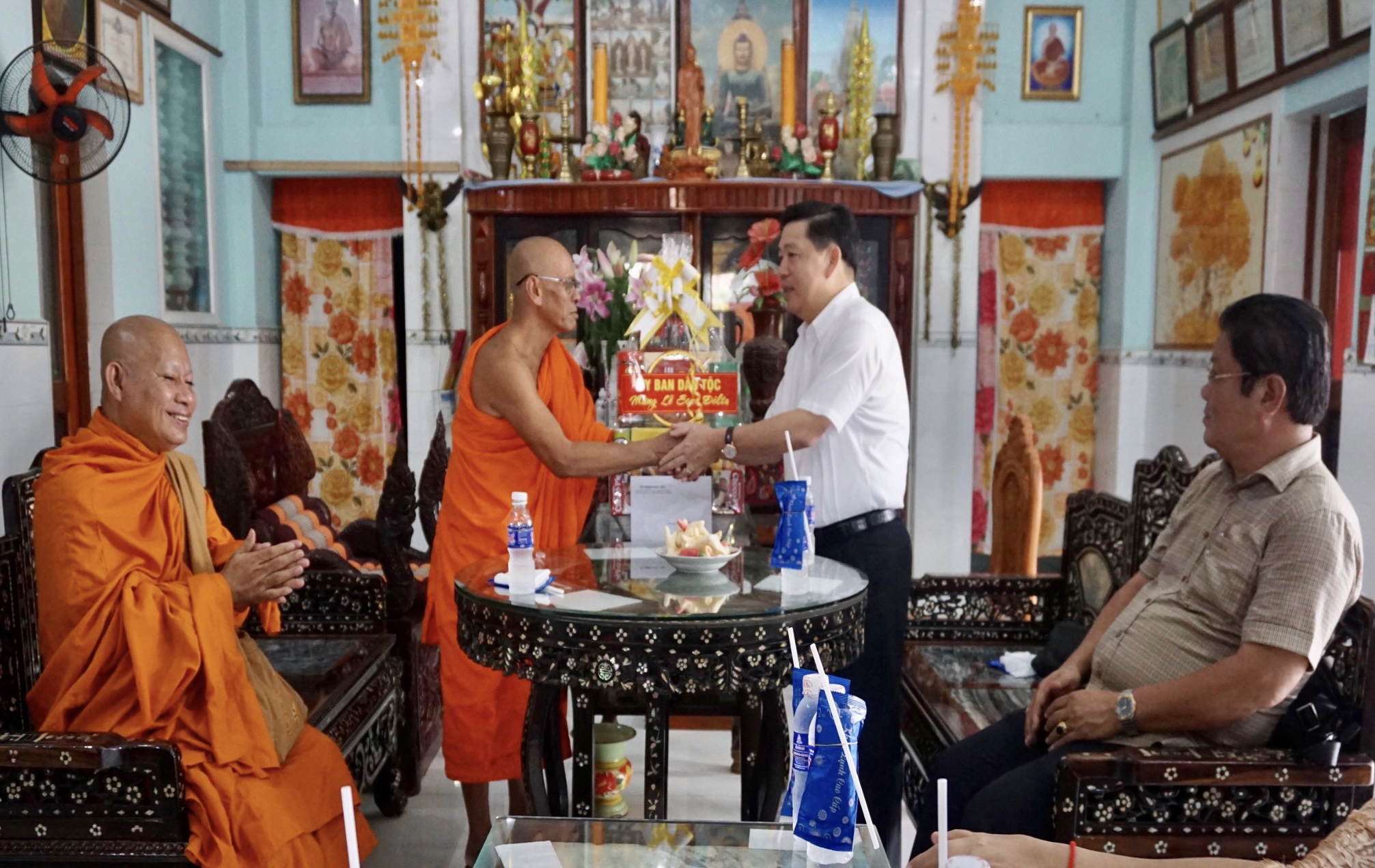Thứ trưởng, Phó Chủ nhiệm Lê Sơn Hải tặng quà Hòa thượng Hữu Sinh, Hội trưởng Hội Đoàn kết sư sãi yêu nước tỉnh Bạc Liêu