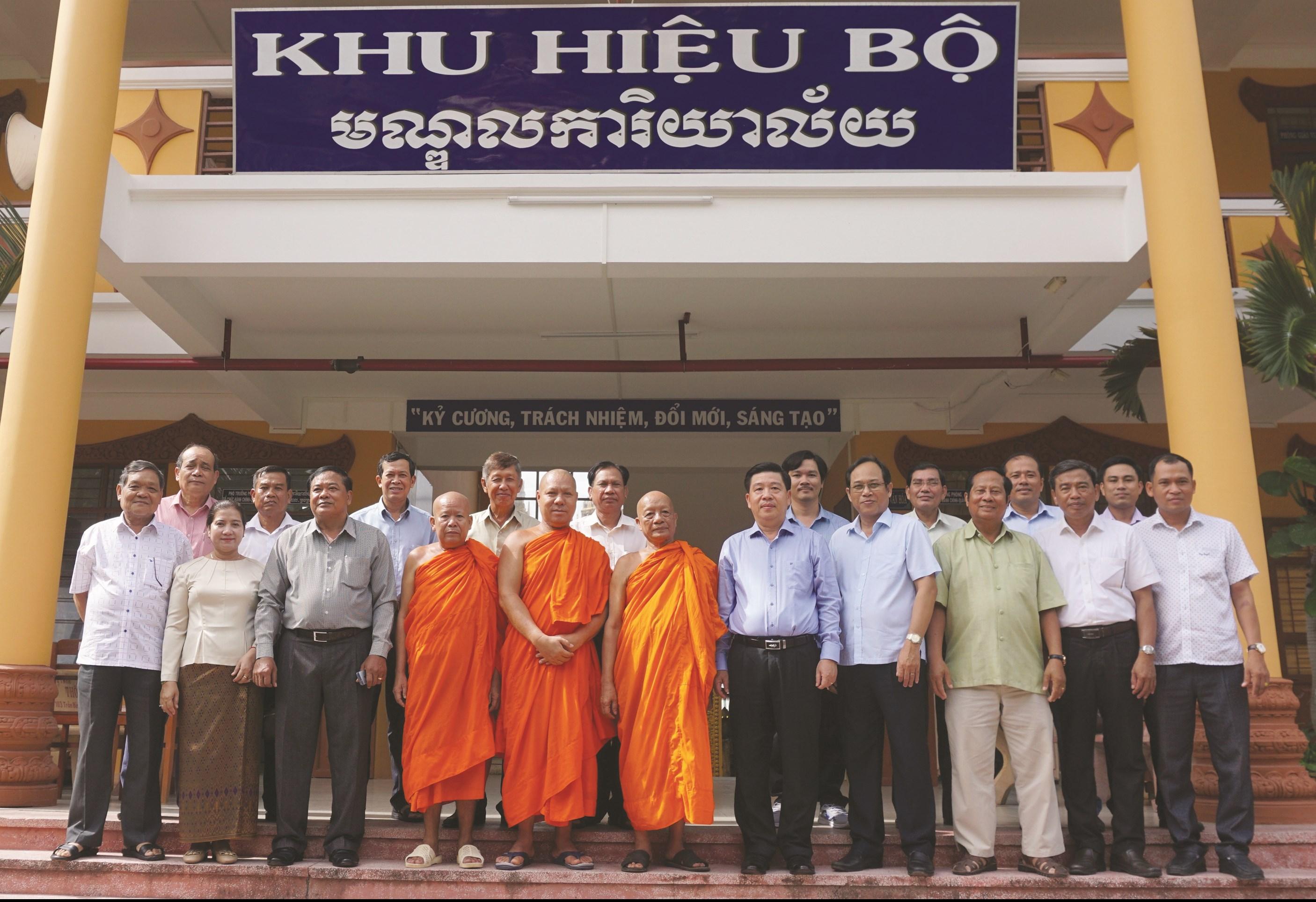 Thứ trưởng, Phó Chủ nhiệm Lê Sơn Hải chụp ảnh lưu niệm cùng Hội đoàn kết sư sãi yêu nước và Ban Giám hiệu trường Bổ túc văn hoá Pali trung cấp Nam Bộ