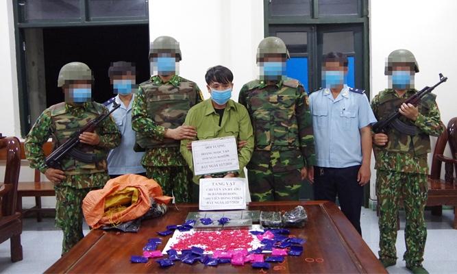 Đối tượng Hoàng Ngọc Tạo và tang vật 6 bánh heroin, 7.600 viên ma túy tổng hợp trong Chuyên án HT 420.2. Ảnh: Thế Mạnh