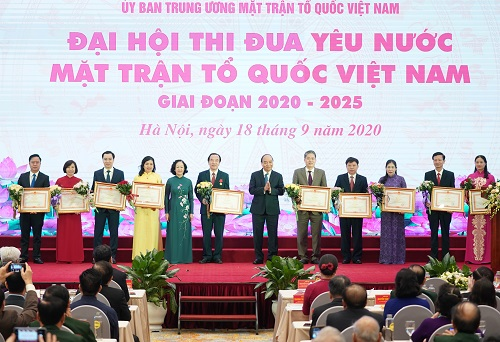Thủ tướng Nguyễn Xuân Phúc và Trưởng Ban Dân vận Trung ương Trương Thị Mai trao Bằng khen của Thủ tướng Chính phủ cho các cá nhân - Ảnh: VGP/Quang Hiếu