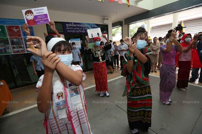 Các tình nguyện viên y tế tham gia một hoạt động nâng cao nhận thức phòng dịch COVID-19 cho người lao động nhập cư ở Muang, tỉnh Samut Sakhon, Thái Lan (Ảnh: Bangkok Post)