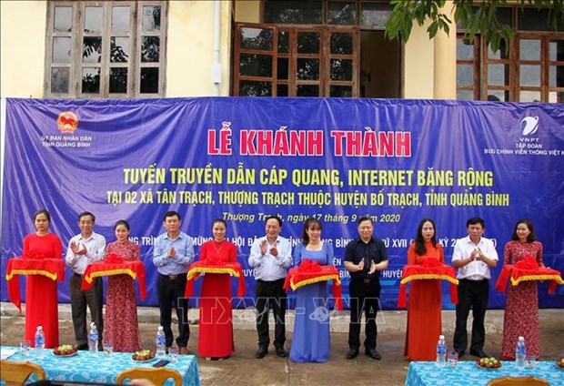 Đại diện UBND tỉnh Quảng Bình, Tập đoàn Bưu chính viễn thông Việt Nam cùng chính quyền địa phương cắt băng khánh thành công trình. Ảnh: Văn Tý-TTXVN
