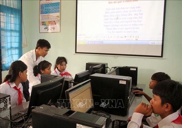 Học sinh Trường phổ thông dân tộc nội trú huyện Bố Trạch được kết nối với thông tin phục vụ học tập và trang bị thêm kiến thức xã hội. Ảnh: Văn Tý-TTXVN
