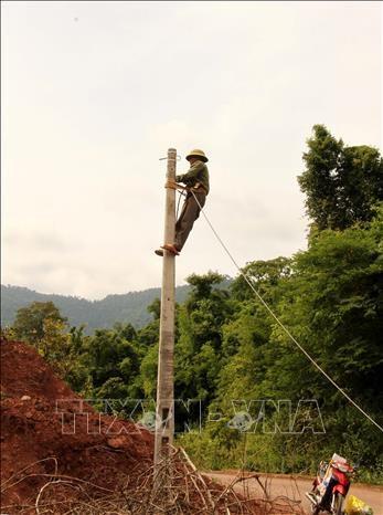 Quy mô Dự án gồm 1 tuyến cáp quang dài 62km và dựng hơn 1.300 cột sắt, cột bê-tông được xây dựng trong điều kiện cực kỳ khó khăn, không có điện lưới, giữa rừng núi. Ảnh: Văn Tý-TTXVN