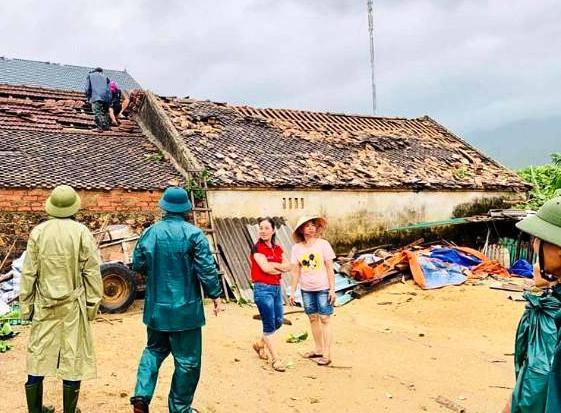 Nhà dân ở xã Cương Gián huyện Nghi Xuân, Hà Tĩnh bị tốc mái