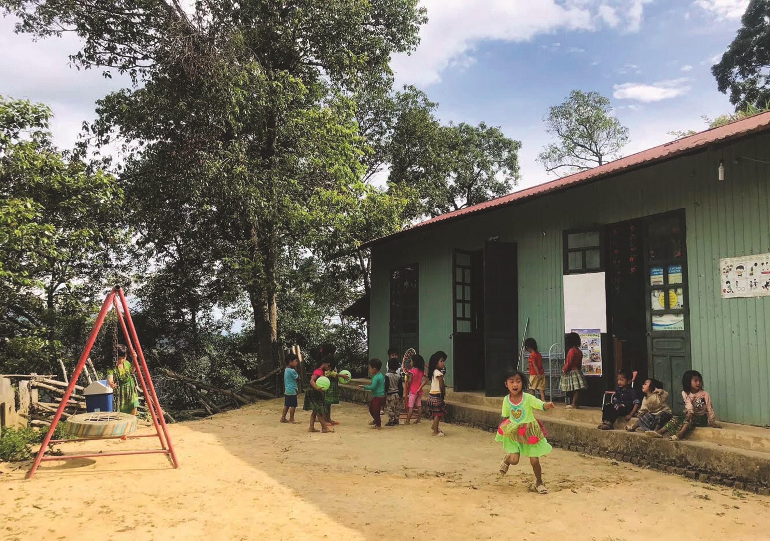 Các em học sinh vui chơi tại điểm trường mầm non Cu Vai