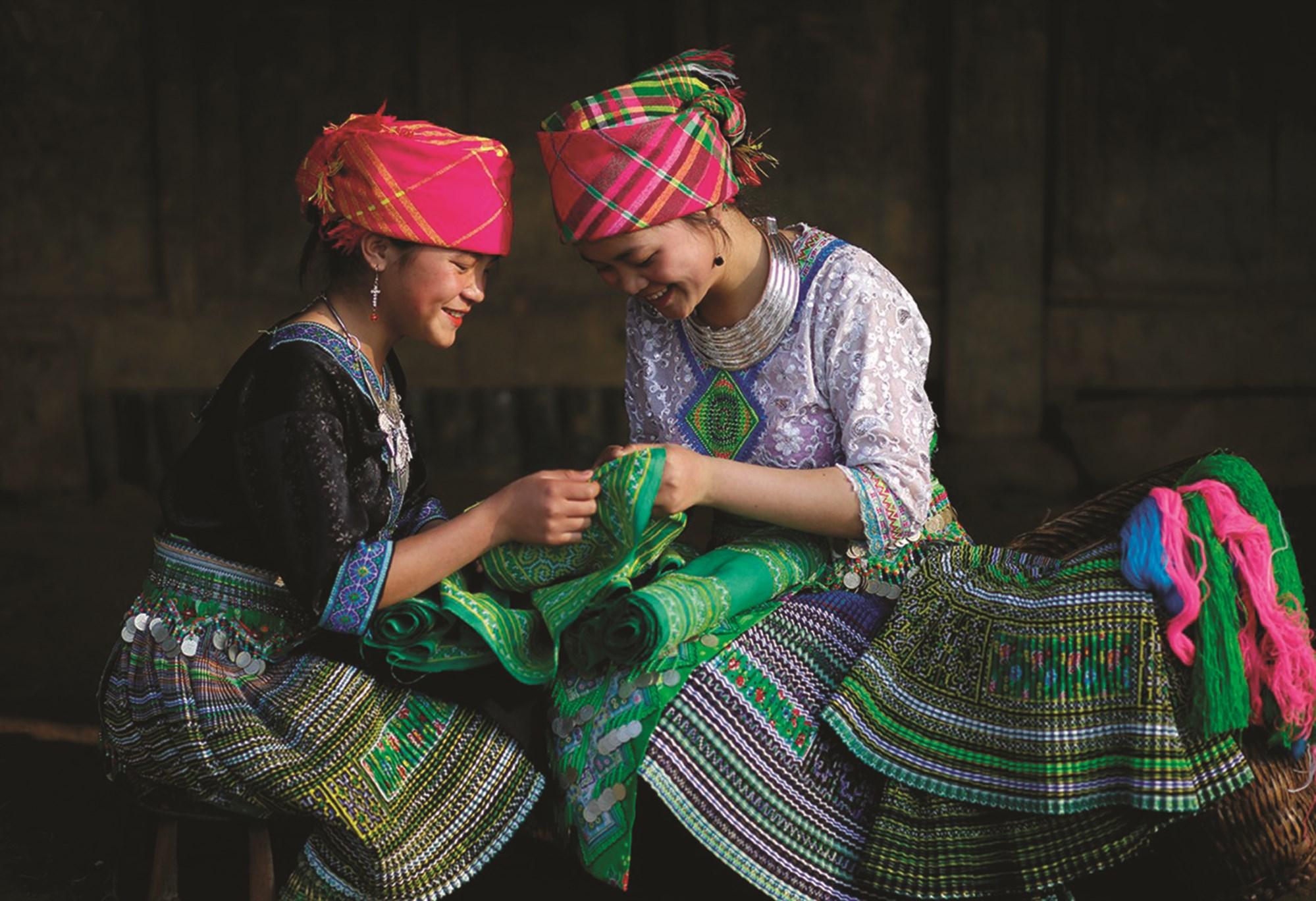 Chị em phụ nữ Mông ở Cu Vai chăm chút, kiểm tra những sản phẩm thổ cẩm
